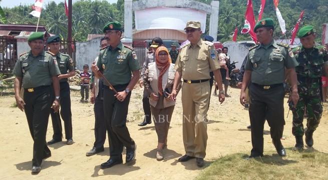 Bupati Hi Herson Mayulu bersama Danrem 131 Santiago Brigjen TNI Sulaiman Agustin saat melihat posko pelayanan kesehatan TMMD