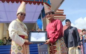 Bupati Salihi Mokodongan dan Wakil Bupati Yanni Ronny Tuuk saat menerima piagam penghargaan