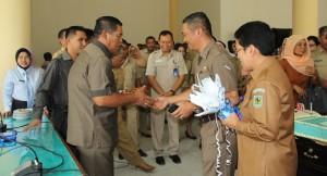 Bupati Salihi Mokodongan saat menerima ucapan dari pimpinan SKPD