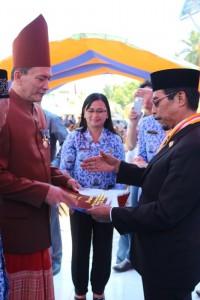 Bupati menyerahkan Satya Lencana Karya Kepada Sekda Muhamad Assegaf