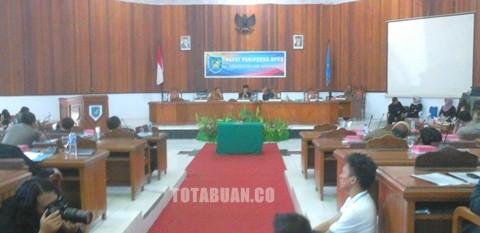 Suasana rapat istimewah yang dipimpin Ketua DPRD Abdul Kadir Mangkat