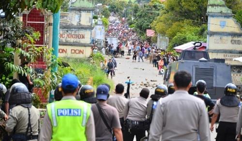 Warga Desa Guaan Terlibat Bentrok Dengan Polisi