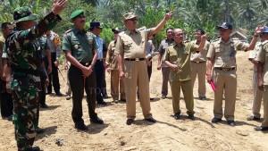 Danren 131, Santiago Brigjen TNI Sulaiman Agusto, didampingi Bupati Hi Herson Mayulu dan rombongan saat meninjau lokasi pembangunan jalan perkebunan.