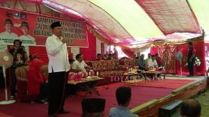 Kampanye dialogis pasangan Hi Herson Mayulu-Iskandar Kamaru. Tampak Calon Bupati Hi Herson Mayulu memberikan orasi politiknya