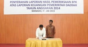 Kepala BPK RI Sulut Andi Kangkung Lologau  bersama ketua DPRD Ahmad Sabir saat menandatangani berita acara penyerahan LHP BPK
