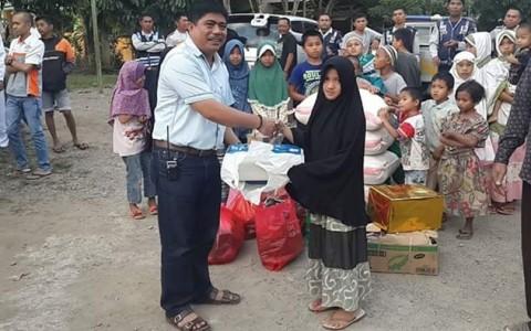 Ketua Bikers Kotamobagu Agung Adaty saat menyerahkan bantuan kepada anak yatim