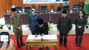 Ketua DPRD Kotamobagu Ahmad Sabir menandatangai nota kesepahaman
