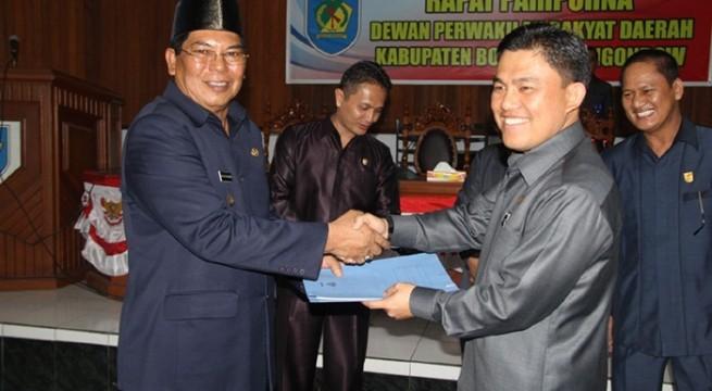 Ketua DPRD Welty Komaling menyerahkan dokumen kepada Bupati Salihi Mokodongan usai penanandatangan  nota kesepakatan