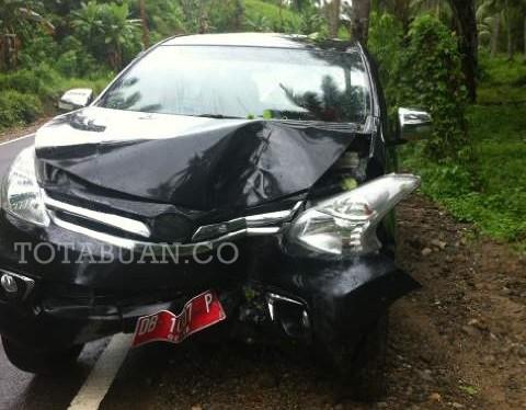 Kondisi kendaraan yang menabrak pohon kelapa setelah ditarik oleh warga