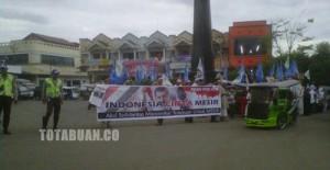 Aksi Demo dipusat kota yang mendapat aksi pengawalan dari aparat Polres Bolmong  foto totabuan.co