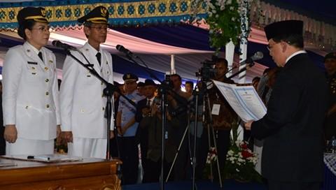 Gubernur Sulut S H Sarundayang saat mengambil supha janji kepada walikota dan wakil walikota Tatong Bara Jainudin Damopolii