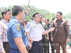Menhub E E Mangindaan saat berkunung ke Bolmong didampingi Bupati Bolmong Salihi Mokodongan
