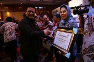 Menteri Koordinator Bidang Kesejahteraan Rakyat, Agung Laksono menyerahkan piagam kepada wali kota