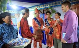 Wawali Jainuddin Damopolii menyuguhkan kopi khas Kotamobagu plus Kacang Goyang, buat diplomat AS Mr Brandon Possin dan Charlie Raya, staf Konjen AS di Surabaya.