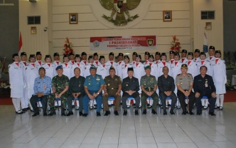 Foto bersama Gubernur Sulut, Muspida dan 30 Paskibraka Sulut tahun 2013 | istimewa