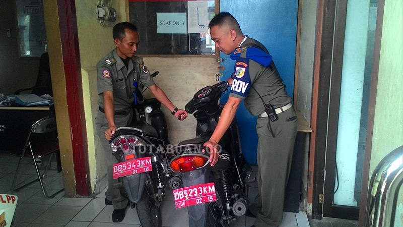 Pol PP Tarik Kendaraan Dinas Ditangan Mantan Kepala Desa
