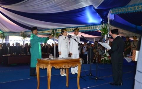 Pengambil-sumaph-janji-walikota-dan-wakil-walikota-yang-dibacakan-oleh-Gubernur-S-Hsarundayang-mewakil-Mendagri1