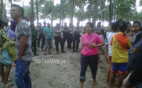 Suasana dilokasi perusahan saat aksi demo sabtu (2610). Nampak aparta dari Polres Bolmong berjaga-jaga dilokasi |foto dok totabuan.co.