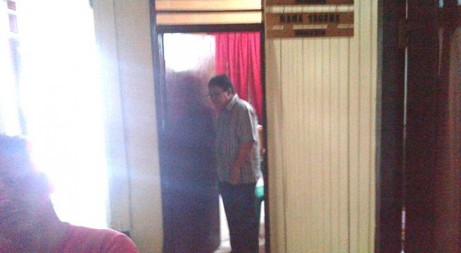 Nampak salah satu personil anggota DPRD Boltim Revy Lengkong saat kelaur dari ruang pemeriksan beberapa waktu lalu | foto dok totabuan.co
