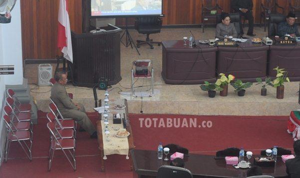 Sekot Mustafa Limbalo duduk sendirian saat nonton bareng di ruang paripurna DPRD Kotamobagu