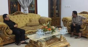 Tampak akrab perbincangan antara Djelantik Mokodompit  dan Sehan Landjar.