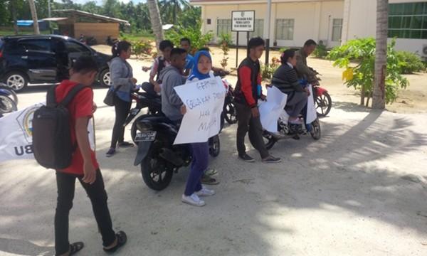 Tampak beberapa OKP yang melaksanakan  aksi demo di depan kantor DPRD Bolmut