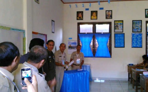 Wakil Walikota Kotamobagu Djainudin Damopolii saat membuka naskah berkas ujian CPNS