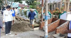 Walikota Tatong Bara saat meninjau pembuatan bak pembuangan sampah