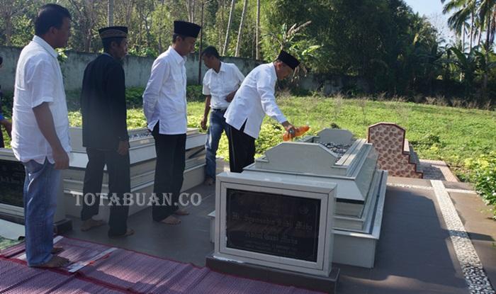 Mayulu-Iskandar Ziara ke Makam Mantan Ketua DPRD Bolsel