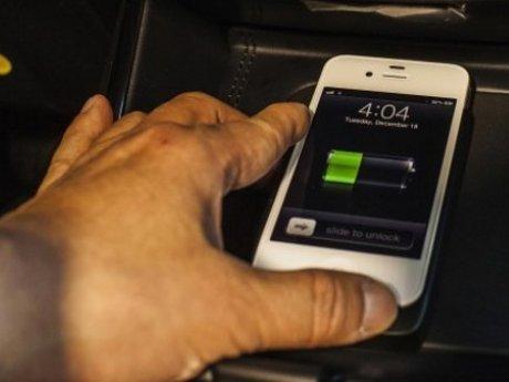 Bahaya Charging Ponsel di Mobil