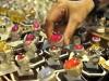 Pengunjung mengamati koleksi batu mulia yang berasal dari Banjarmasin dalam Pameran Perhiasan di Jakarta, Jumat (8/11).