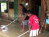 Tampak Warga Busisingo Sedang Membersihkan Perabotan Rumah dari Sisa-sisa Lumpur Banjir. (f-ram/tco)