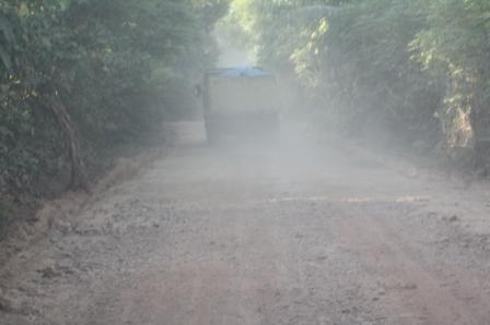 Kondisi jalan yang tak disiram membuat jalan makin berdebu.