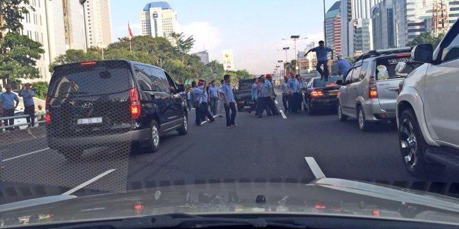 Sweeping sopir taksi anarkis, injak mobil dan keroyok GO-JEK