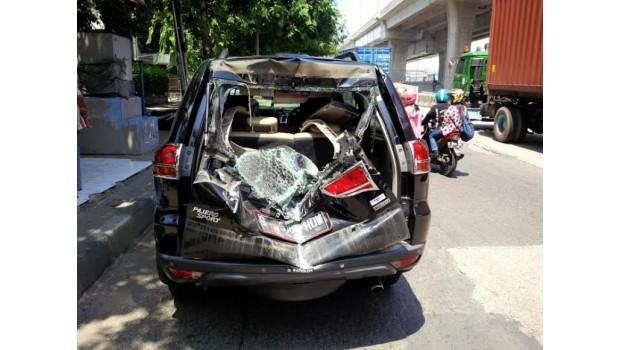 Gulungan Kabel Baja Timpa Mobil di Pasar Permai
