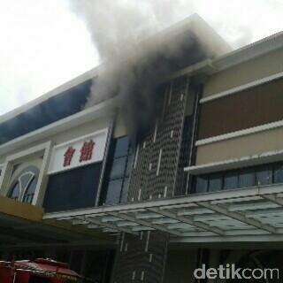 Penampakan Asap Membubung Tinggi saat Sudirman Ballroom Terbakar