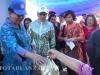Menteri Yohana (kiri) Membeli Buah Langsat dari Pedagang di Pasar 23 Maret Kotamobagu.
