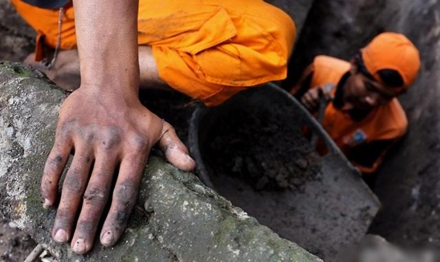 Pasukan Oranye in Action, Masuk Got dan Bersihkan Saluran Air di Jakarta