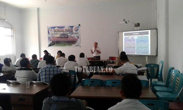 Dosen Unsrat Manado Sedang Memberikan Materi Terkait Sistem Penerimaan Mahasiswa Baru Tahun Ini. (f-epi/tco)