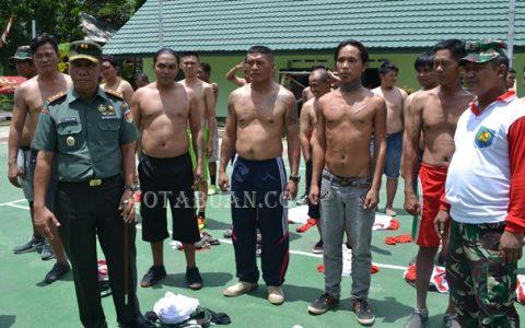 Dandim 1303 Bolmong Letkol Inf Sampang Sihotang dengan para preman di halaman Kodim