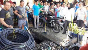 Wali Kota Tatong Bara saat meninjau kondisi kebersihan di Jalan Kartini