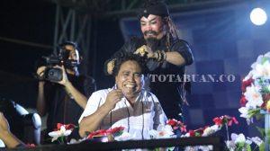 The Master Limbat saat atraksi malam pesta rakyat HUT Kotambagu