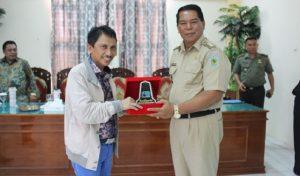 Bupati Gorontalo Nelsom Pomalingo dan Bupati Bolmong salihi Mokodongan saling bertukar cenderamata