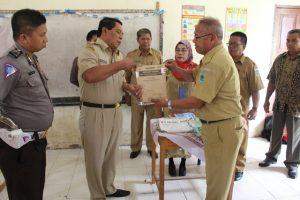 Bupati Salihi Mokodongan saat membuka naskah ujian nasioanl di SMP Negeri 2 Bolaang