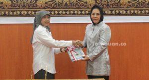 Kepala BPK RI Sulut Endang Tuti Kardiani saat menyerahkan LHP kepada Wali Kota Kotamobagu Tatong Bara