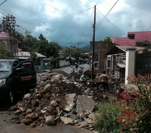 Proses perbaikan drainase yang dilakukan Dinas PU guna mengantisipasi terjadinya banjir (1)