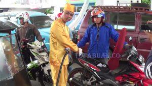 Salah satu petugas SPBU Kotobangun yang menggunakan baju adat