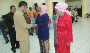 Wakil Bupati saat menyerahkan kunci motor dinas ke salah satu Kacabdin