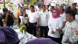 Wali kota Tatong Bara saat melihat kegiatan festival kuliner