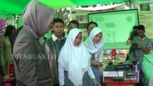 Walikota Kotamobagu Tatong Bara saat melihat aplikasi kamus digital